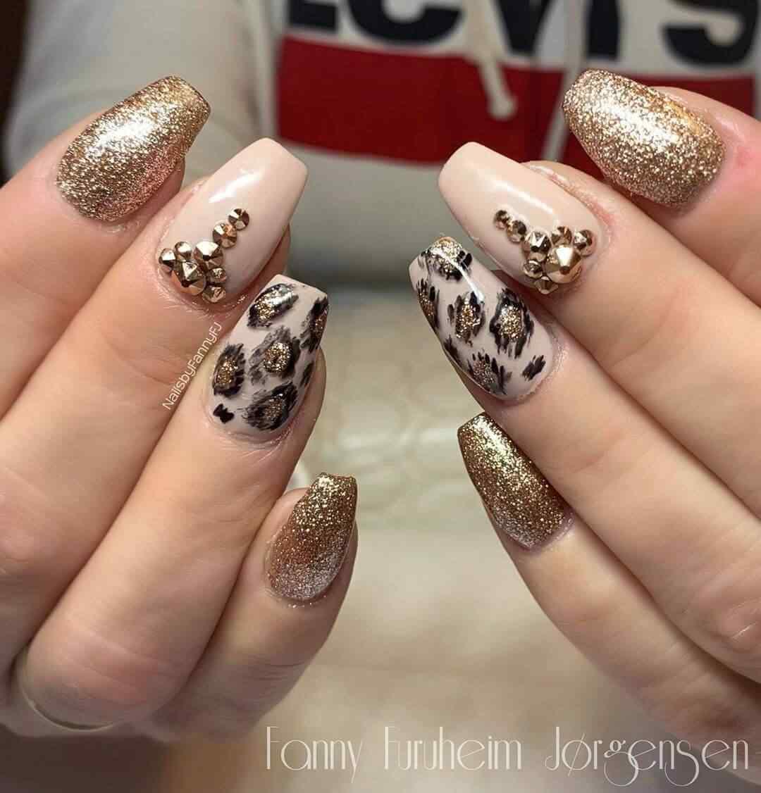 uñas decoradas con piedras animal print