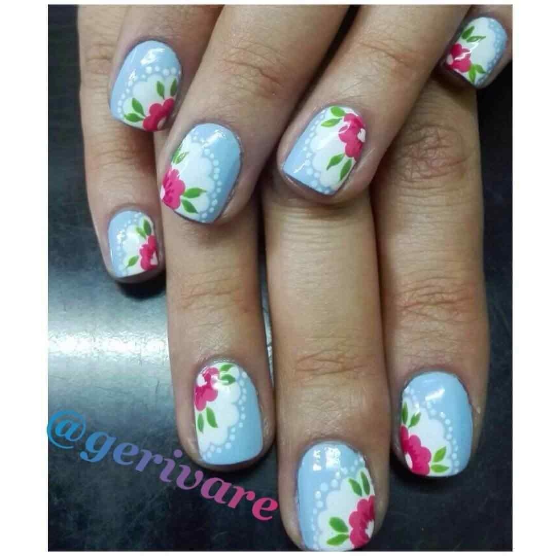 uñas celestes con flores