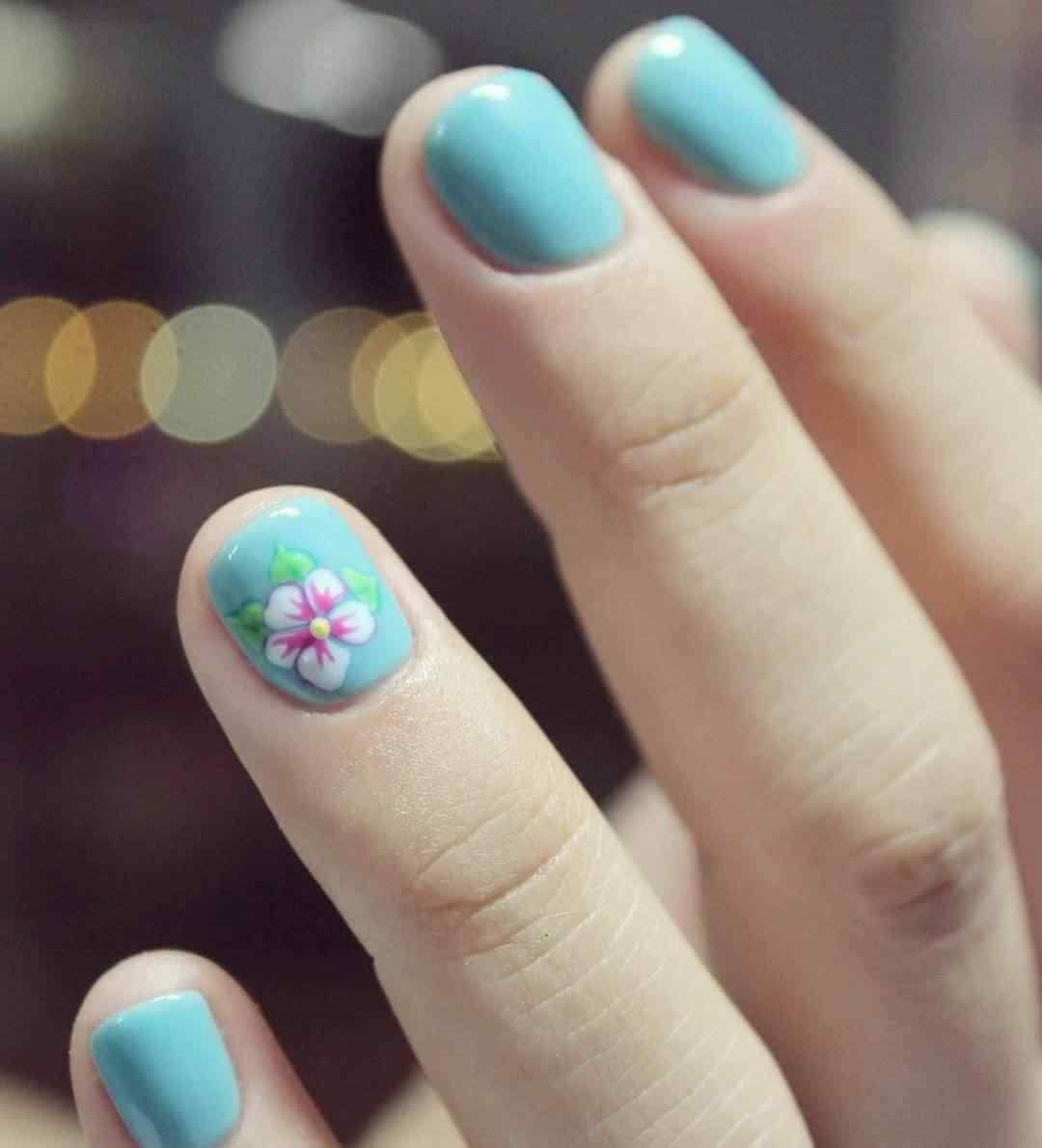 uñas cortas celestes con flores