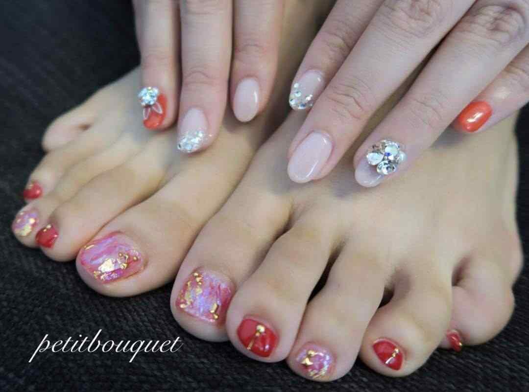 uñas decoradas con piedras elegantes