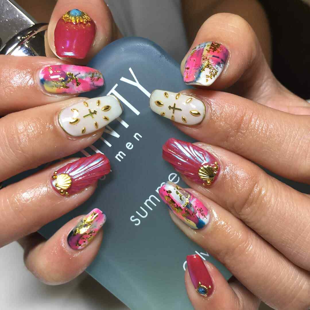 uñas decoradas con piedras pegatinas