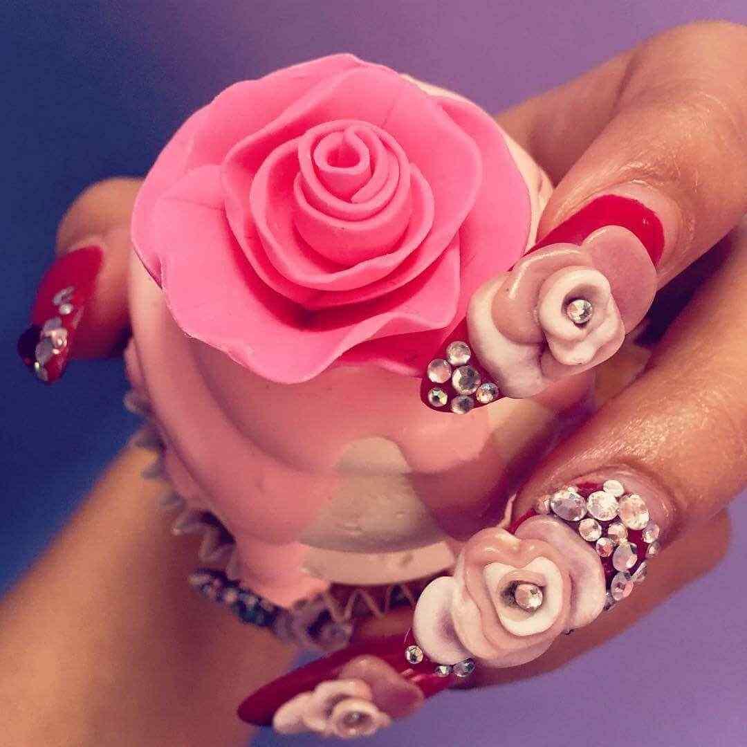uñas decoradas con piedras y flores
