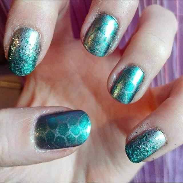 uñas decoradas en color verde metal