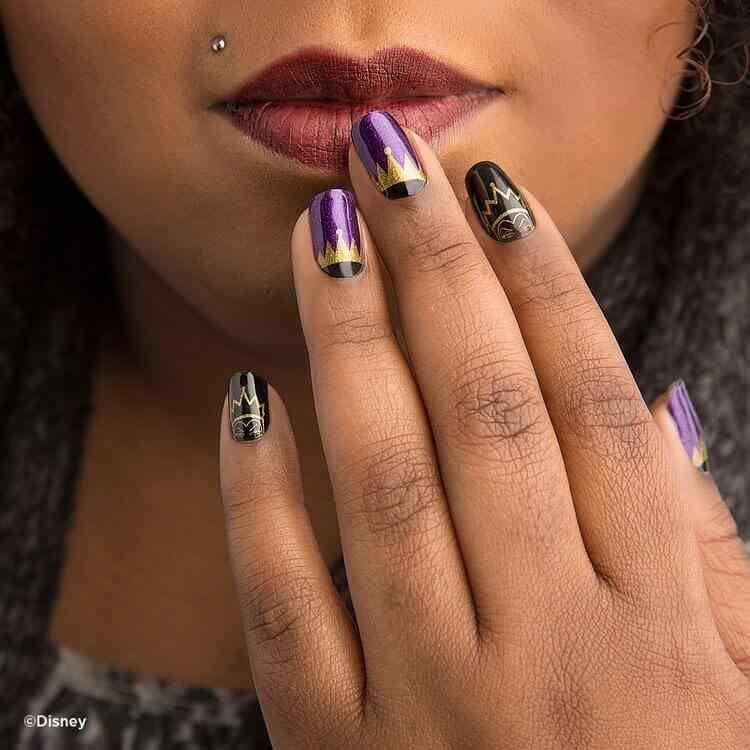 uñas decoradas violeta y dorado