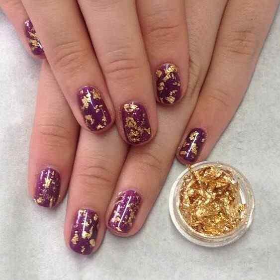uñas decoradas violeta y oro