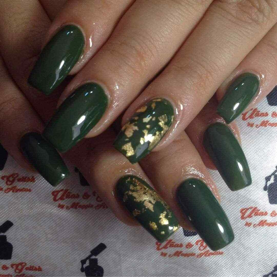 uñas largas verde con dorado