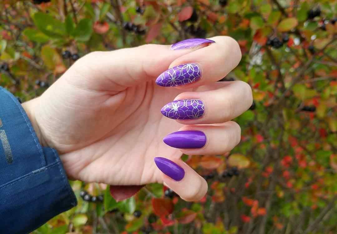 uñas largas violeta
