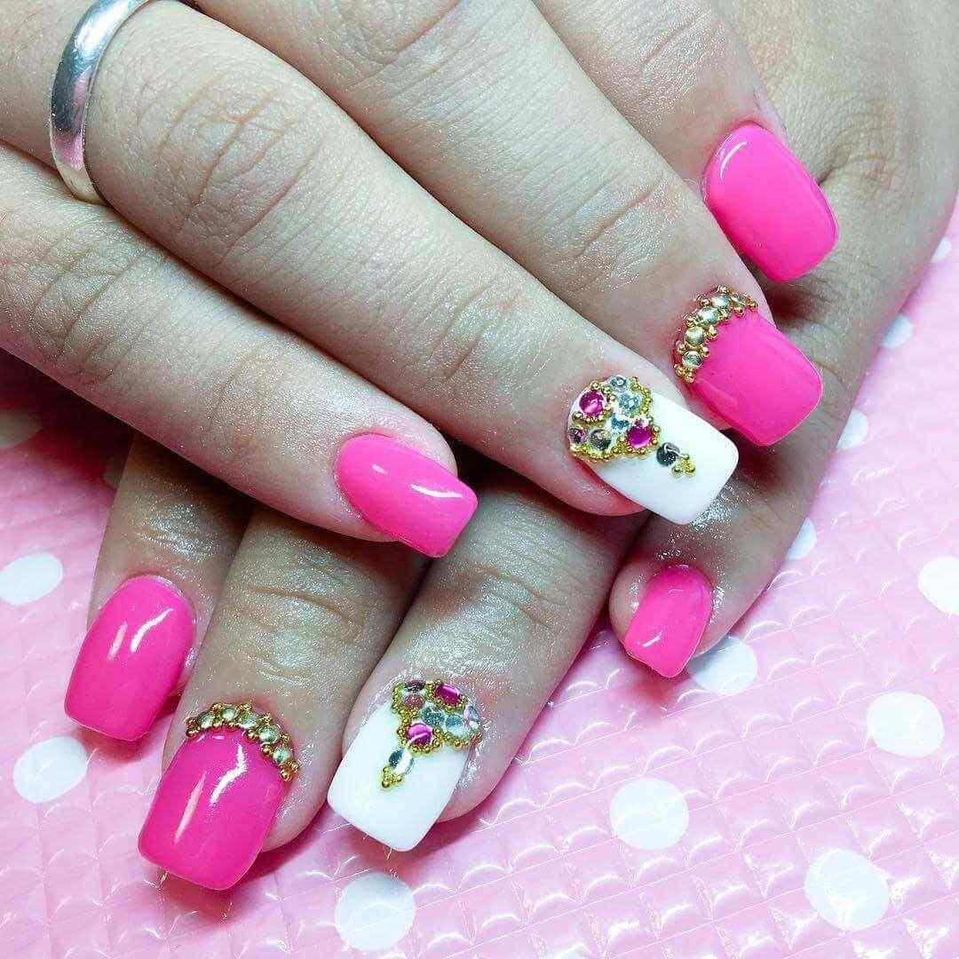 Diseño en uñas fucsia