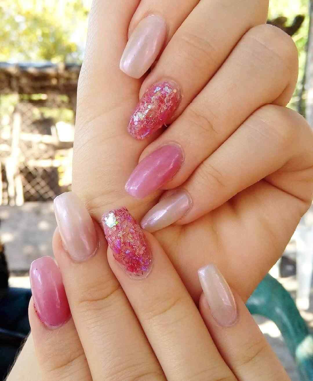 Uñas rosas con glitter