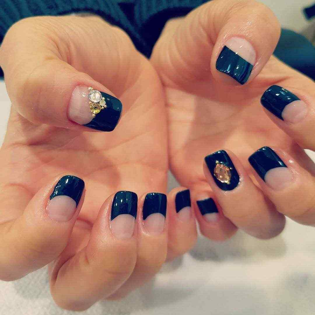 En uñas francesas negras