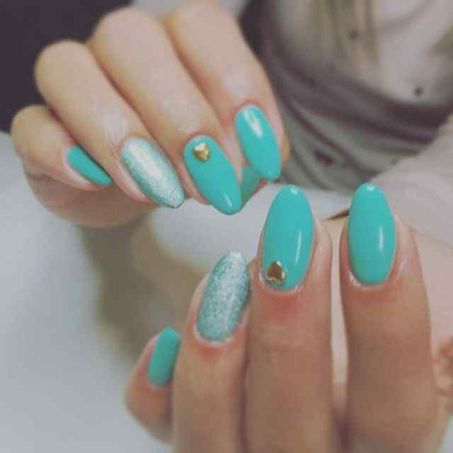 uñas verde esmeralda
