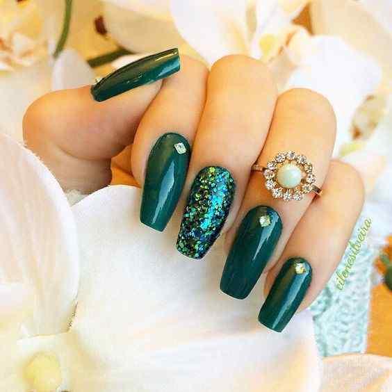 uñas verdes brillantes