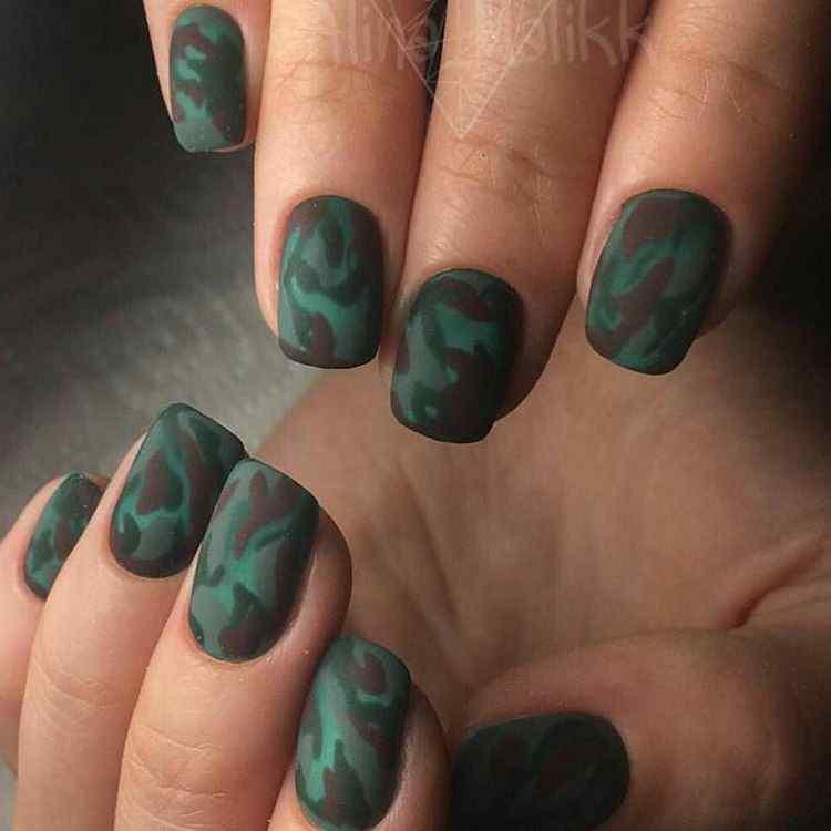 uñas verdes camufladas
