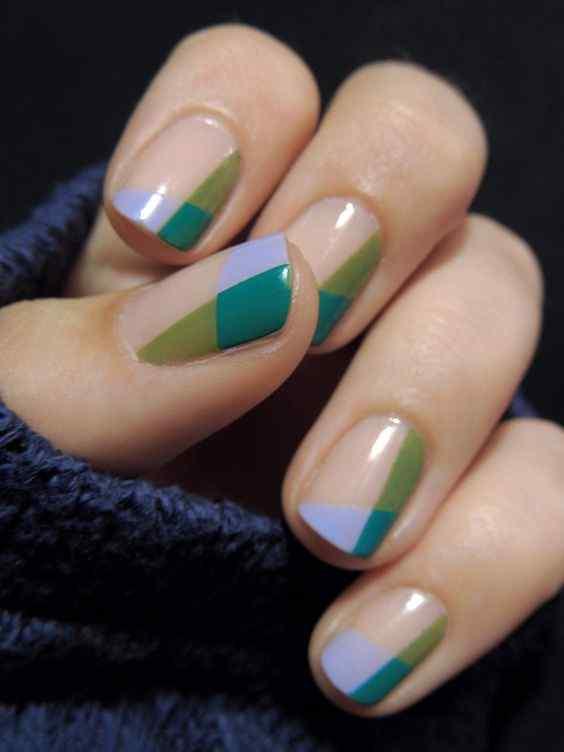 uñas verdes combinadas con celeste
