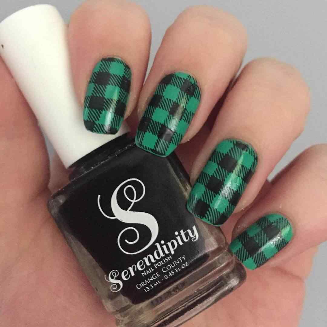 uñas verdes con cuadrados