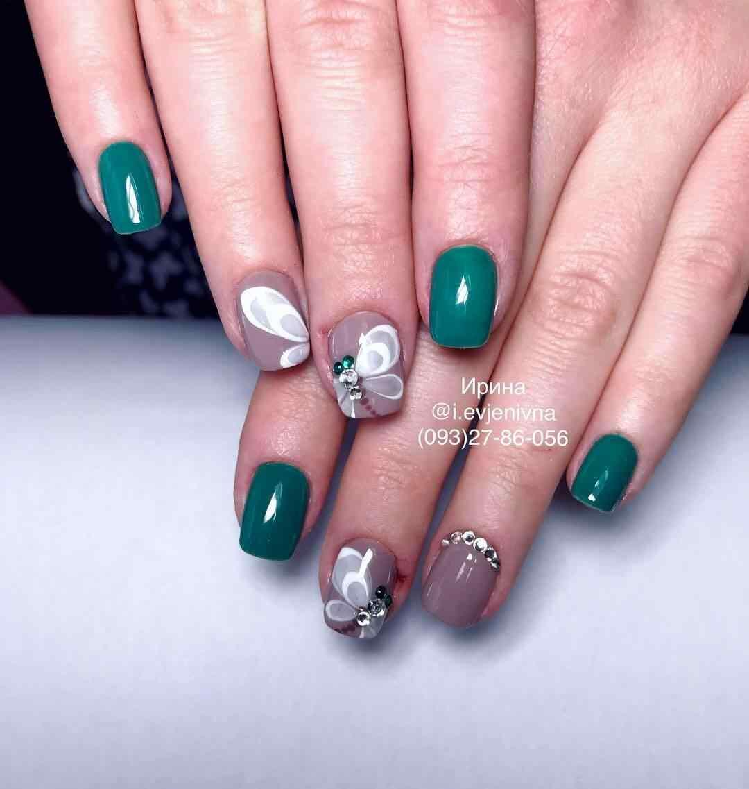 uñas verdes con mariposa