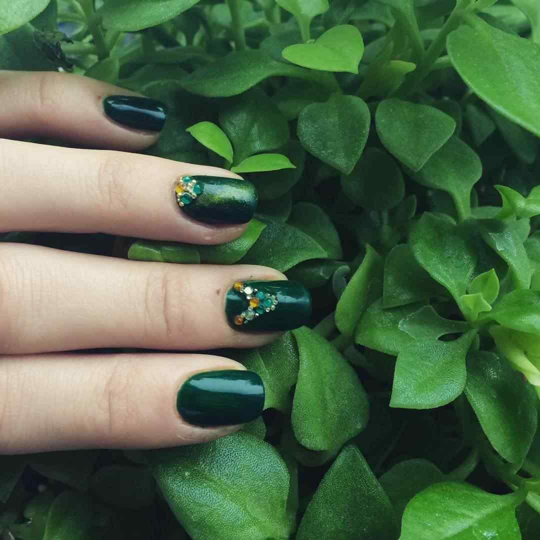 uñas verdes con piedritas