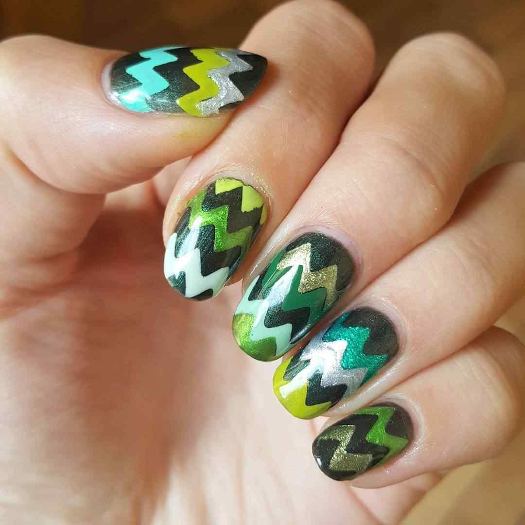 uñas verdes con rayas