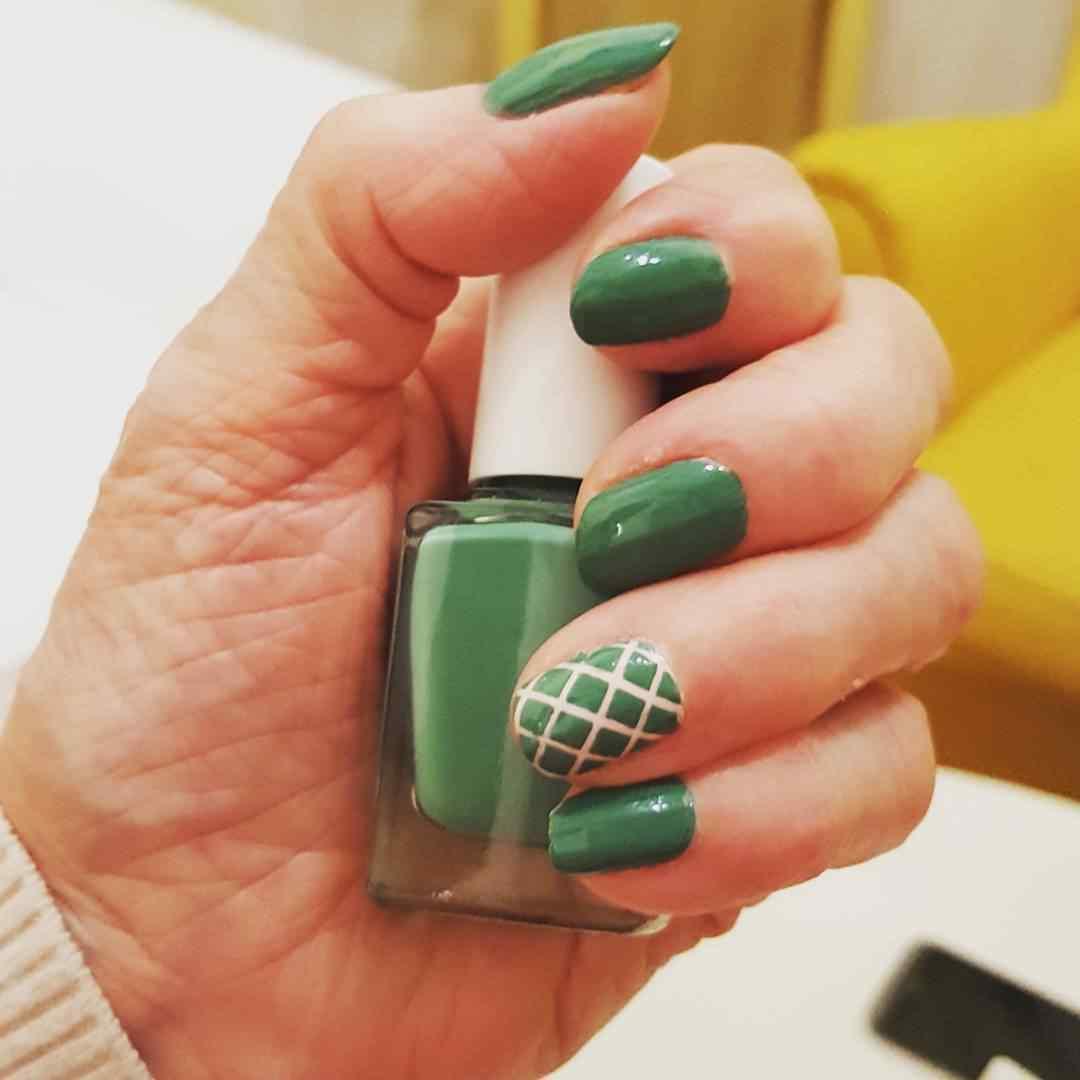 uñas verdes decoradas con lineas
