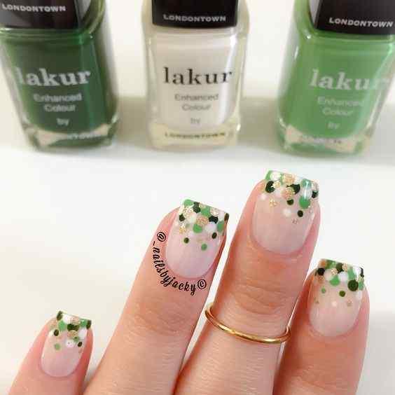 uñas verdes decoradas con lunares