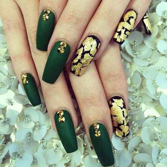 uñas verdes efecto oro