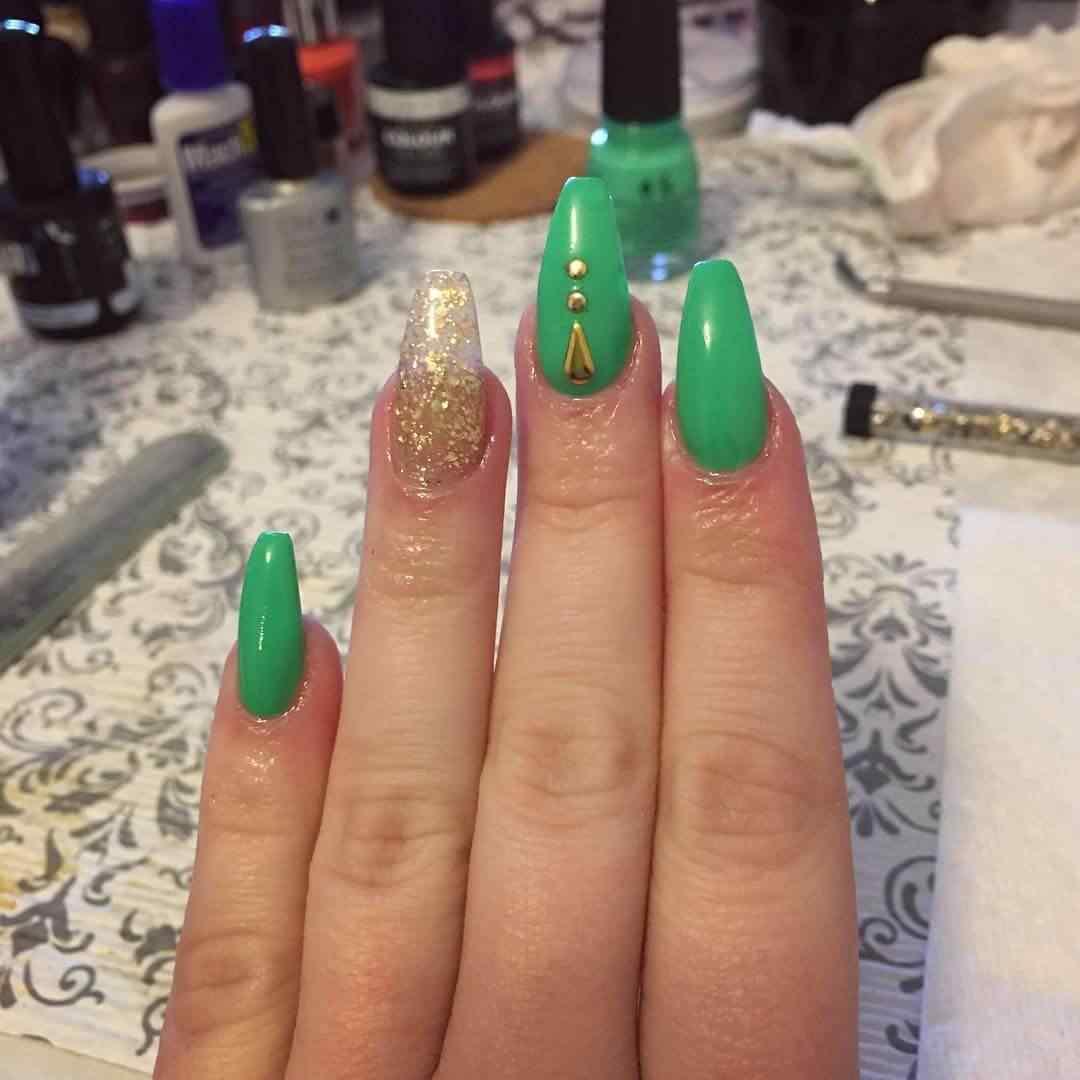 uñas verdes largas con dorado