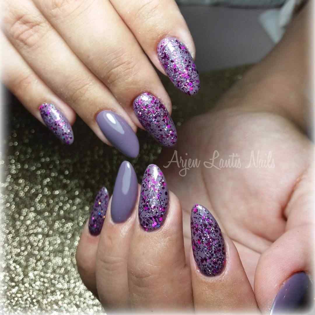 uñas violeta con brillos