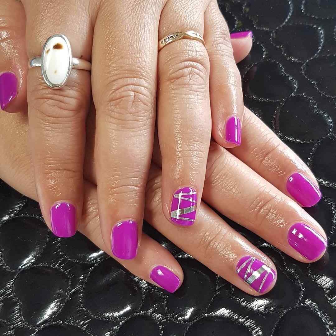 uñas violeta con cintas