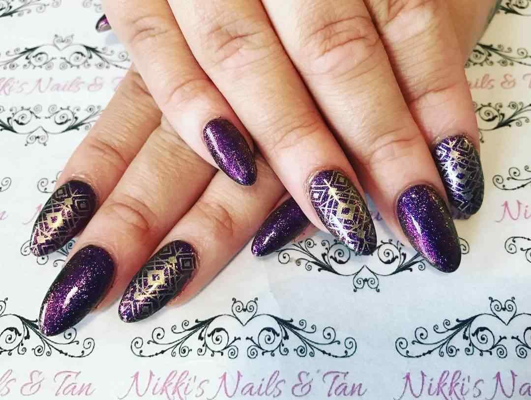 uñas violeta con dorado elegante
