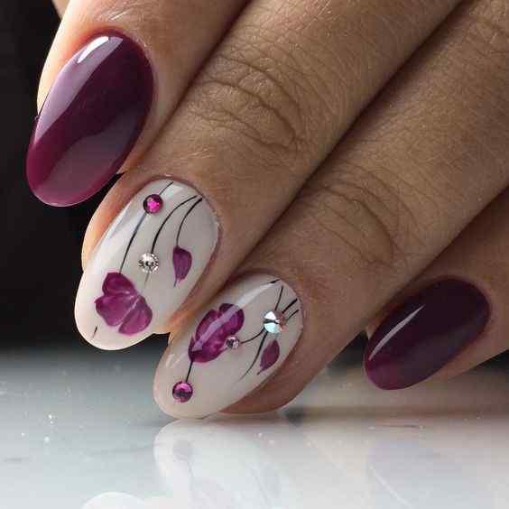 uñas violeta con flores