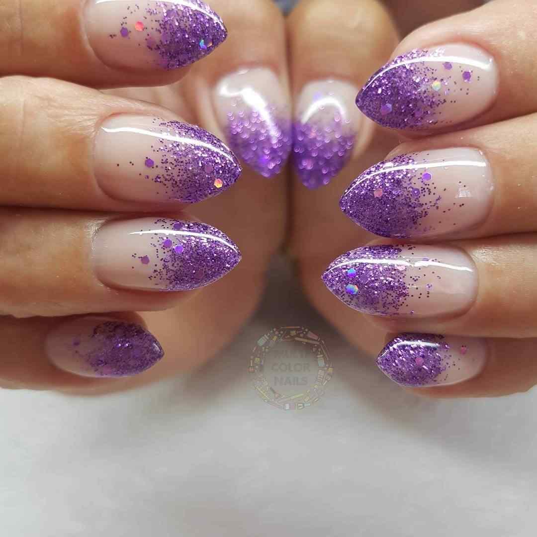 uñas violeta con glitter