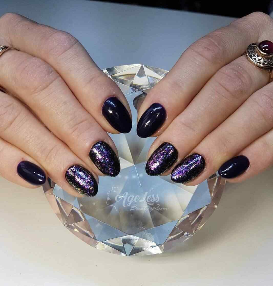 uñas violeta con negro