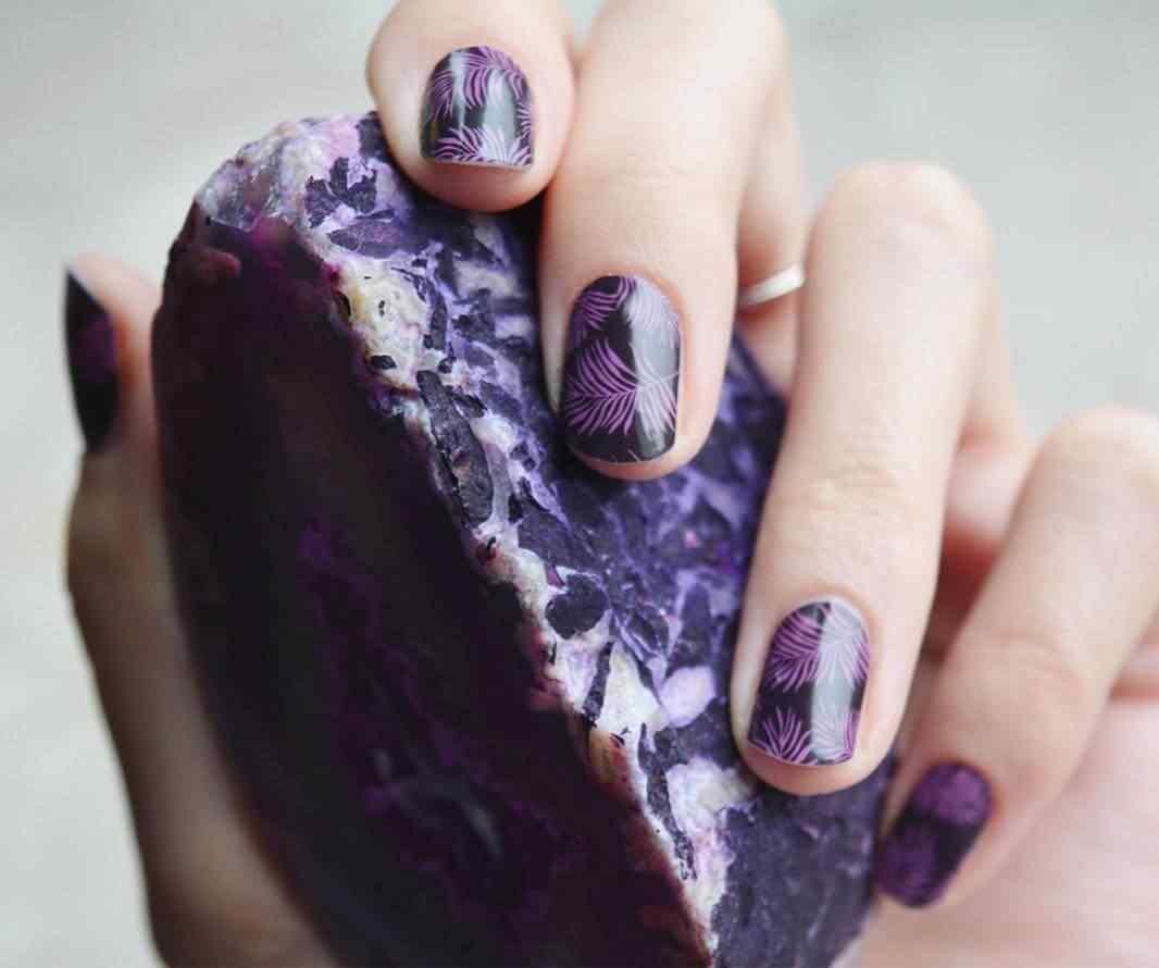uñas violeta con plumas