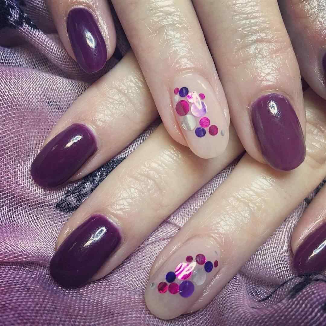 uñas violeta con puntos