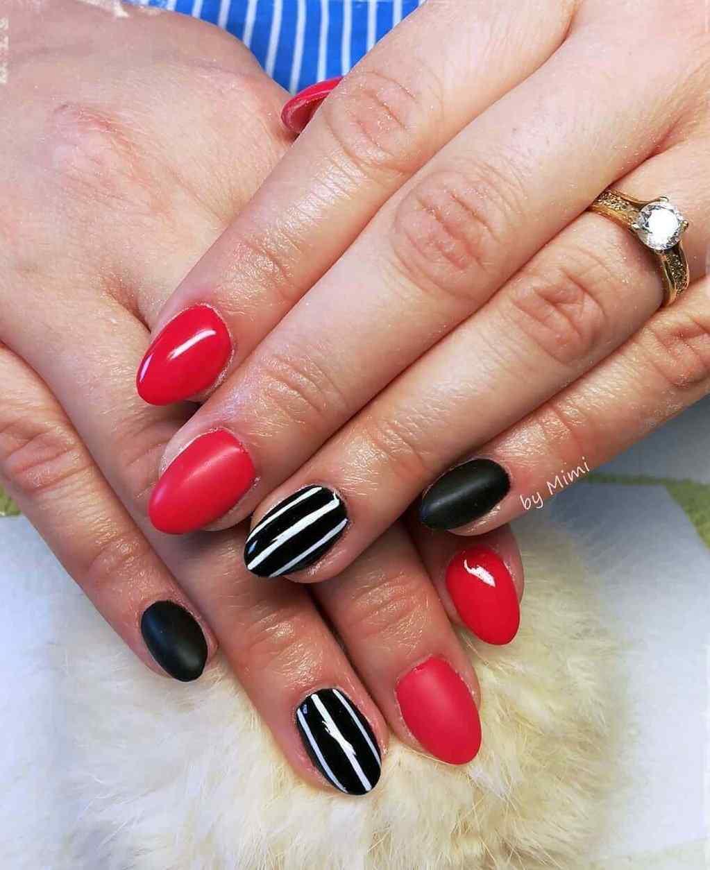 Lineas blancas, base negra, uñas rojas