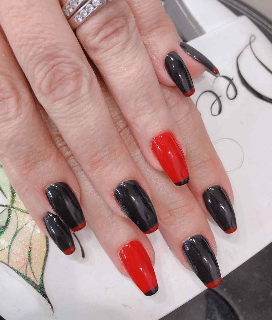 Francesas sobre uñas rojas y negras