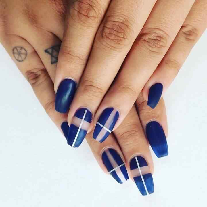 uñas azules con cinta plateada