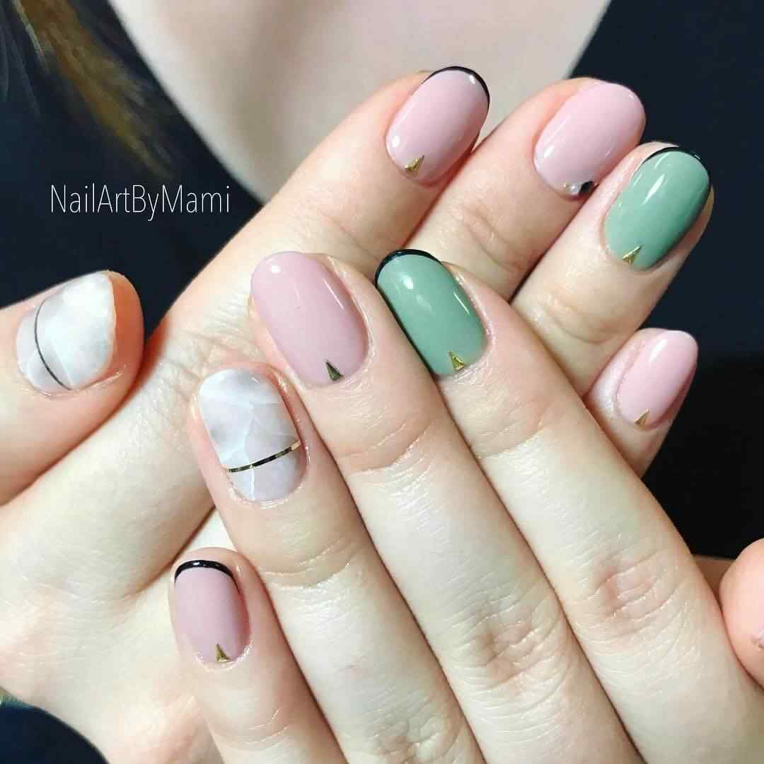 uñas corta color pastel y cinta