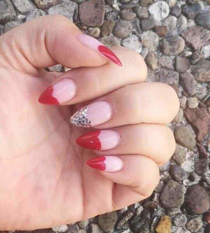 Uñas con corazones rojos en la punta