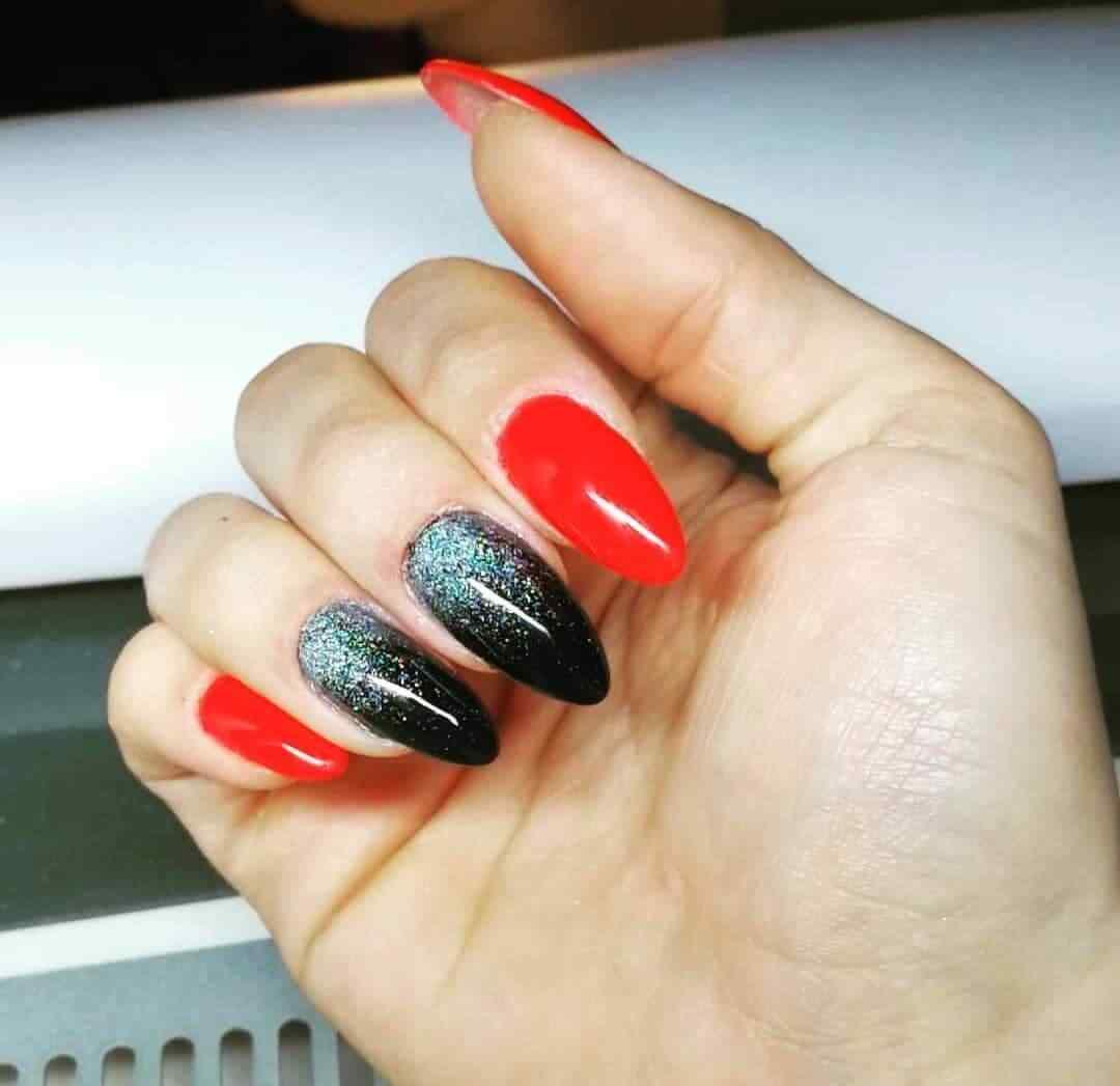 Aqui rojo y negro con brillos plateados