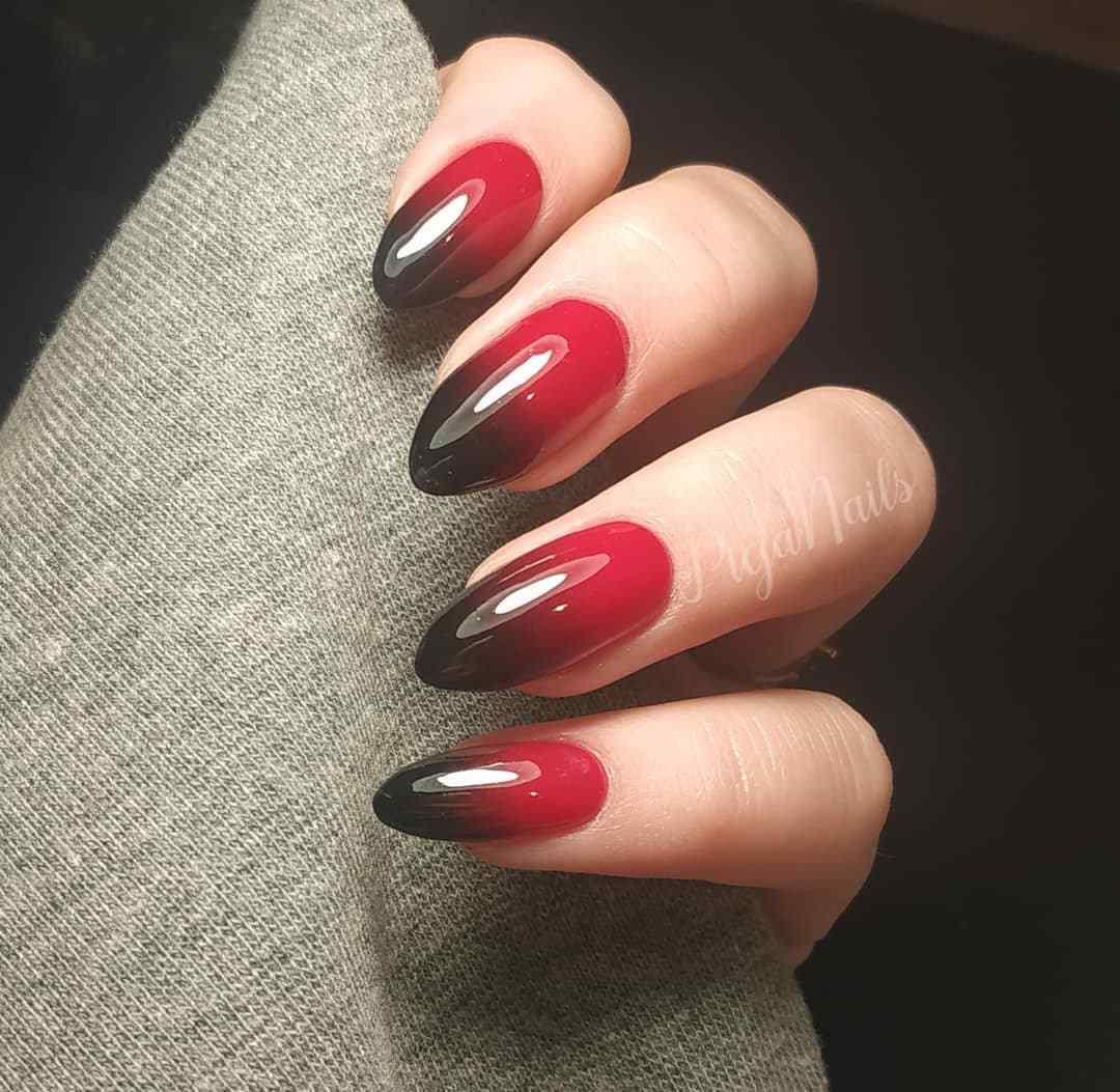 Uñas degradadas de rojo a negro