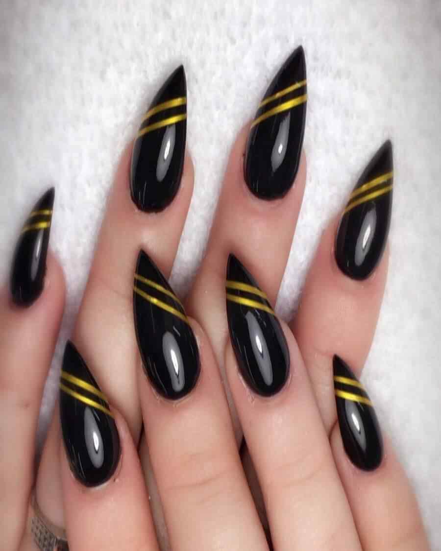 uñas negras con cinta cruzada