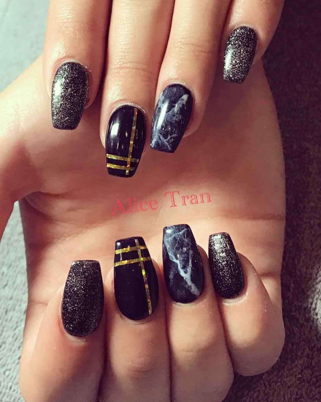 uñas  negras con cinta y marmolado