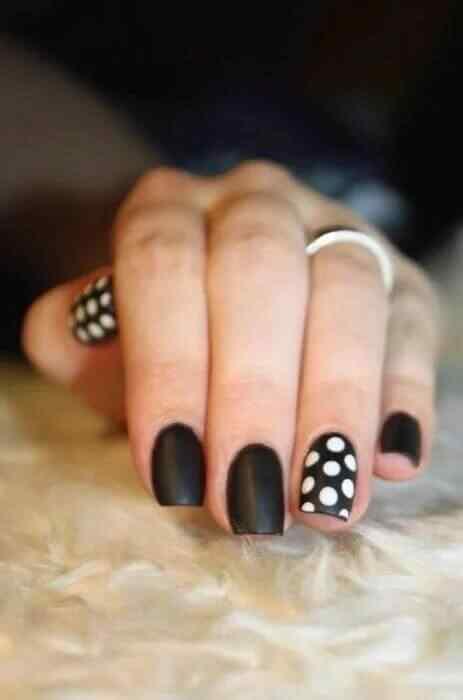 uñas negras con lunares