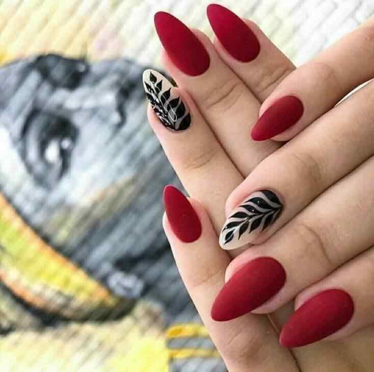 Otro estampado floral sobre uñas acrilicas rojas