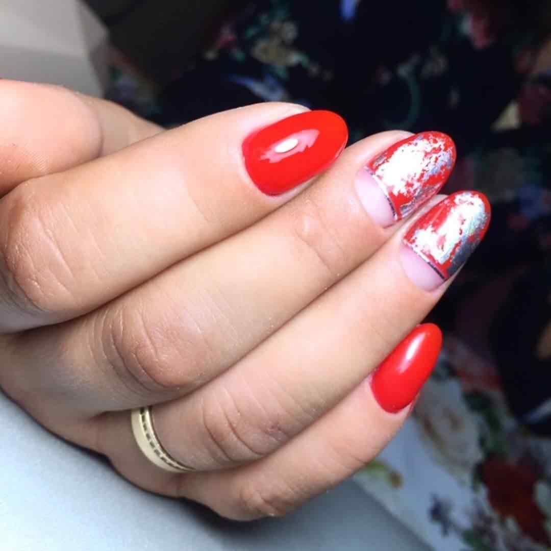 uñas plata y rojo