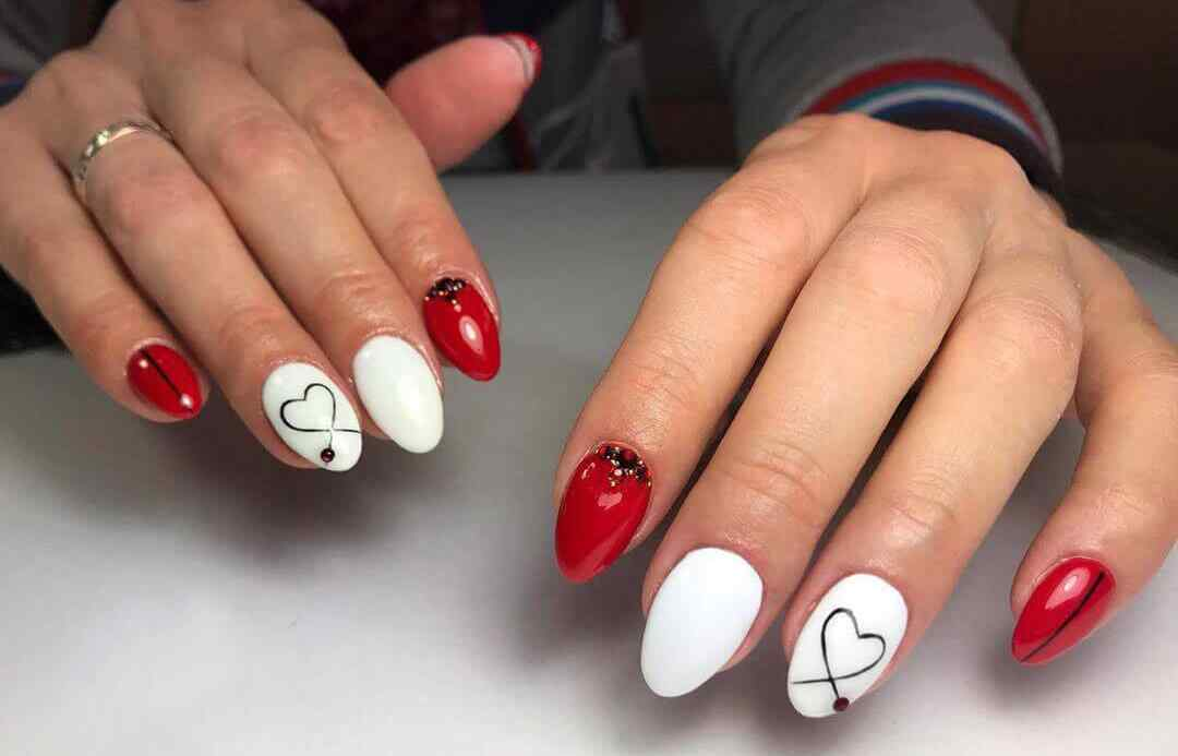 Uñas coloradas con blanco