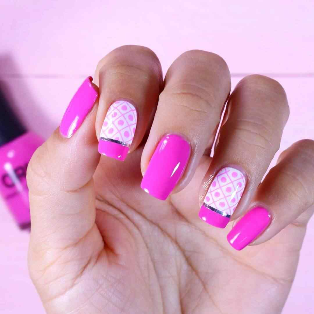 uñas  rosa con cinta plateada