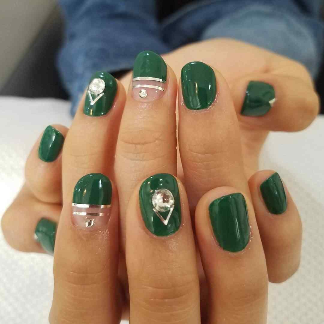 uñas verde con cinta