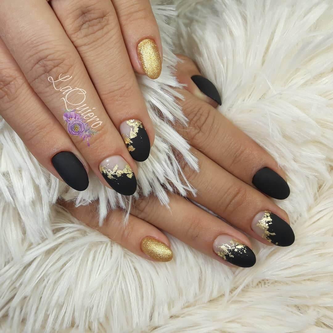 decoracion de uñas doradas con negro